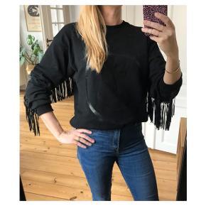 Oversize sweatshirt med frynser. Så fed  Se også mine andre annoncer eller følg mig på Instagram @2nd_love_preowned_fashion