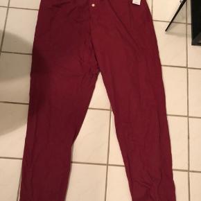 Calvin Klein sleep pants/natbukser sælges.  De er aldrig brugt og mærket sidder stadig i som vist på billederne. Jeg sælger dem, da de er for store til mig.  Nyprisen - 380 kr.  BYD gerne :)