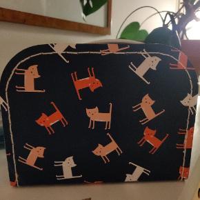 Lille kuffert med katte i mørkeblå til børn 🐈 Fra Søstrene Grene.