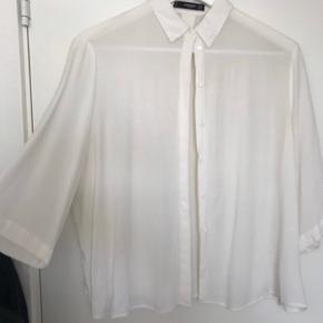 Super lækker råhvid skjorte, med 3/4 lange ærmer Fra røgfri og dyrefrit Tages ikke flere billeder FAST PRIS