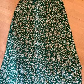 Super smuk sommer nederdel fra just female! Kun brugt få gange. Jeg bruger normalt small, men den kan tilpasses i  livet. Sælges kun hvis det rigtige bud opnås BYD BYD BYD
