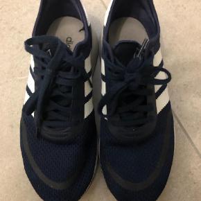 Varetype: Sneakers Størrelse: 41.5 Farve: Blå Oprindelig købspris: 800 kr.  Adidas N-5923 næsten som nye brugt få gange