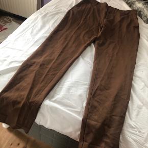 Virkelig nice chino fit bukser fra Ginatricot, str. 38. Sælges da jeg ikke kan passe dem længere, men de måske brugt 2-3 gange.