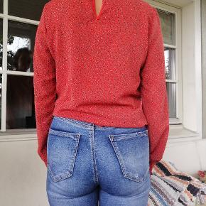 En super fin rød bluse, med en flot detalje på ryggen. Skal dog lige re opmærksom på, at elastikken i ærmerne godt kan være lidt løs. For mere information/billeder så kontakt mig gerne!  Handler med Mobilepay og køberen betaler for forsendelsen af varen.  Bytter ikke.