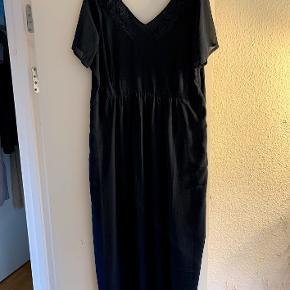 Lang mørkeblå kjole str. M, farven er ikke god på billederne, men den er stadig til salg på Zizzis hjemmeside. Kun brugt en gang. Den er for stor, så derfor må den videre :-)