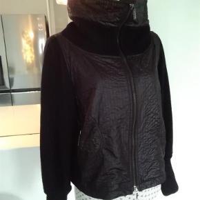 Varetype: Lækker jakke Farve: Sort   Bryst 2x56 Cm. Længde. 51 Cm  Sender med DAO  SE OGSÅ MINE ANDRE annoncer 😍🤗