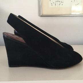 Celine wedge heels i sort ruskind. Str 38. Original dustbag medfølger. Super fin stand. Pris 800,- pp Bytter ikke.