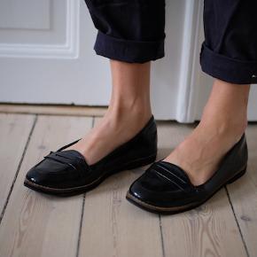 Virkelig fine lak loafers fra H&M perfekt til sommer. De fejler ingenting - er desværre bare købt for små.  Kan afhentes på Frederiksberg, ellers betaler køber for porto og evt. TS-gebyr.