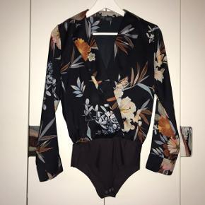 Blomstret skjorte med body fra Zara str. XS. Fin stand. BYD!!