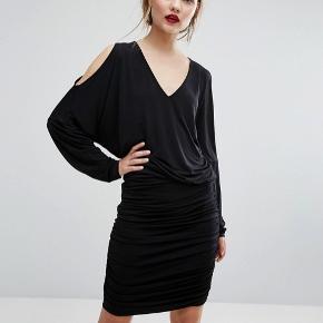 Helt ny, smuk Gestuz kjole i det lækreste materiale med unikke detaljer.