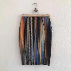 Faconsyet nederdel i fine farver.  Materialet er 93% polyester og 7% elastan.