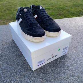 MONCLER SKO  En sko i den aller højeste kvalitet! skoen er lavet skind sammen med det lækreste læder fra moncler!?  Tidsløst design samt en sko man kan bruge til det hele! En overall sko som kan anvendes til både fine arrangementer eller hverdagsbrug!  NP skulle angiveligt være 5500,-