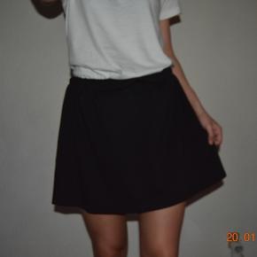 Sælger denne fine sorte nederdel fra VILA i en str. small. Sendes med DAO eller via Tradono-handel.