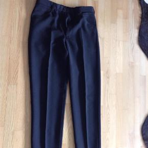 """Varetype: Bukser Størrelse: 33"""" Farve: Sort Prisen angivet er inklusiv forsendelse.  Lækre sorte bukser fra Bertoni, syet i et lækkert materiale  53% polyester 27% Wool 20% viscose  Livvidde 88 cm Længde 114 cm Indv. benlængde 85 cm"""