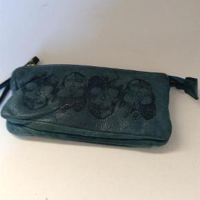 Varetype: Clutch Størrelse: 20 cm. L x 11 cm. i bredden Farve: Grøn  Kan også bruges som pung. Handler mobilPay og sender med Dao.