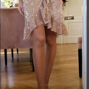 Helt ny nederdel fra Buch str small. Ny med prismærke. Kan stadig købes i butikken for 399kr.  Sælges for 200kr pp (40kr med dao)
