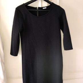 Sort kjole med svagt mønster