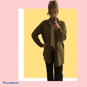 Super fin tynd jakke, eller blazer. Er lang og har et utility look. Fejler intet.