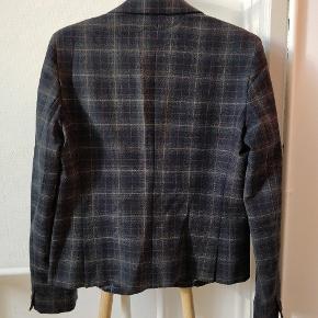 Lækker ternet jakke fra Weekend Max Mara i 95% virgin wool og 5% elastan