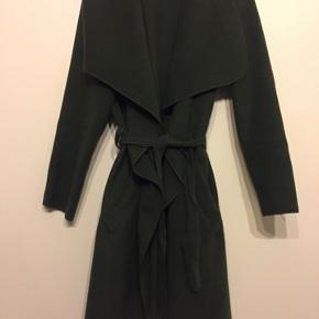 Lækker blød fleece-agtig jakke med bindebånd og lommer. Materiale: 90% polyester, 7% viscose, 3% elastan.