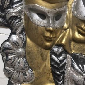 Fin plast figur i guld,sølv og sort. Flot til en entre, stue eller bare for sjov. Lige til at hæng op. Har hul til ophæng😊