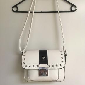 Flot skuldertaske fra Zara sælges. Kun brugt få gange, så fin som ny🌸måler:  Bredde 25 cm. Højde 17 cm Dybde 7 cm Sender gerne ved betaling med MobilePay + Porto GLS 35 kr☀️🌸☀️ Se også mine andre spændende annoncer☀️