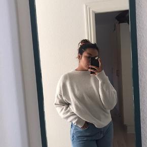 Oversize! Brugt en del gange/vasket en del gange.  Er ikke helt hvid som den var da jeg købte den, men stadig rigtig lækker sweater.  Sælges derfor billigt.