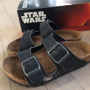 Brugt meget lidt. Ingen slid under bunden. Lille skramme på højre sandal v spænde. Med Star Wars motiver på siden.
