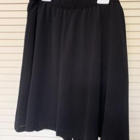 Helt ny nederdel, aldrig brugt. Længden er 50 cm.