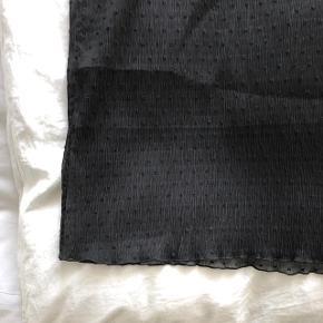 Smuk gennemsigtig nederdel med stof indenunder, lukkes med lynlås i siden. Brugt en enkelt gang ✨ I butikkerne nu!