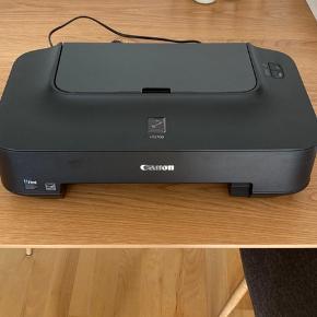 Canon PIXMA iP2700 printer, aldrig brugt, der skal købes patroner og en kabel til at forbinde mellem printer og computer. Kassen er desværre smidt ud.