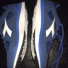 Diadora trænings sko i str 39 ( alm i str) de er aldrig blevet brugt.. sender med Dao for 40 kr