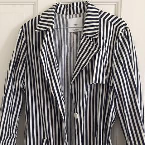 Fin stribet lang frakke. Er i tyndt stof, så ville være den perfekte forår- eller sommerjakke.