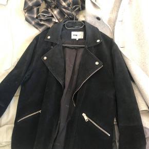 Suede jacket fra pop cph. Har lige været til rens, men har dog 1-2 pletter der ikke rigtig kan komme af.