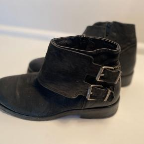 Flotte støvler fra Cashott med sølv spænder og lynlås på inderside. Læder sål -