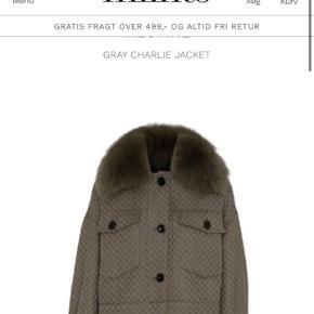 Jeg sælger min populære meotine jakke. Det er en af de farver af Charlie jakkerne, som der er blevet solgt allermest af og næsten udsolgt alle steder. Den er købt for nogle måneder siden, men jeg kommer desværre ikke til at bruge den. Den har få brugstegn - og sælges kun ved fair bud.   Str. M/L