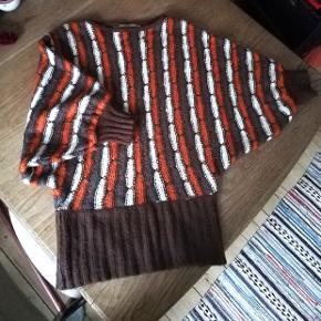 Sweater i flotte efterårsfarver med brede ærmer. Der er ikke str. I, men jeg synes den er en M.