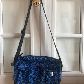 Rummelig Mads Nørgaard crossbody/skuldertaske i blå leopardmønster. Aldrig brugt, som ny. Style navn: Bel Leo Cappa.