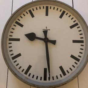 Gammelt industrielt Siemens ur hængt på fabrik/værksted. Virker ikke som det er nu men kan nok laves af en professionel. Diameter ca 35cm