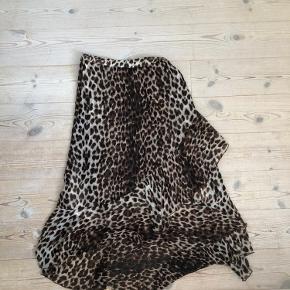 Leopard nederdel🐻 Den har et par brugs-tegn fx. Oppe i toppen er der lidt med elastikken. Ellers super fin.  Byd endelig eller skriv hvis du har nogle spørgsmål✨