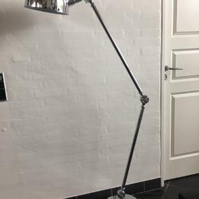Flot høj stander lampe i krom Giver et godt lys Mp 475kr Til salg på flere sider