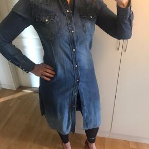 Fed Denim kjole - cowboy kjole - skjortekjole Super fed, men kan desværre ikke passe den.  Længde: ca. 110 cm målt i str. M Brystvidde: ca. 49 cm 100% bomuld  Bytter ikke