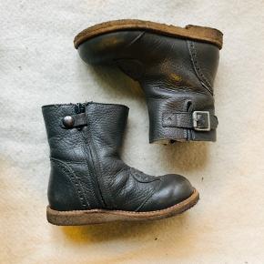 Skønne grå vinterstøvler fra Angulus med foer i uld og skridsikre såler i rågummi.  Tex Ikke brugt særlig meget, da min datter foretrak sine termostøvler.  Dog er der brugsspor på snuden. Lynlås på siden som gør dem nemme og hurtige at tage af og på.  Nypris 899,-