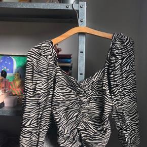 Fin bluse fra H&M. Aldrig brugt, da den er en smule lille til mig. Byd gerne ✨
