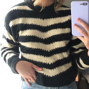 Lækker strik agtig sweater fra MANGO, købt for cirka 1,5 år siden. Har lidt fnuller i sig, men fejler ellers ingenting!