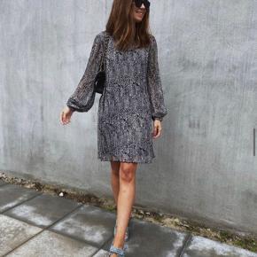 Den populære Leo kjole i Ganni stil.  Udsolgt i alle butikker.  Sælger den både i str. XS og S. Helt ny!  Søgeord: Ganni / kjole / Zara /