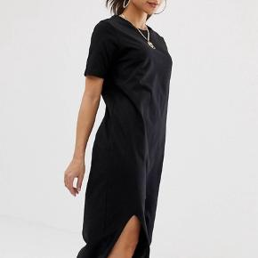 Fin maxi kjole fra ASOS med slis. Kjolen passer en str. 36-38 🖤 fremstår som ny