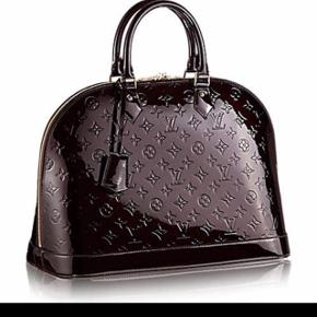 Jeg overvejer lidt at sælge min smukke taske fra Louis Vuitton der hedder Alma MM  amarante i farven, lak i monogram. Den er lækker stor samt rummelig og er bare perfekt til den klassiske og stilet kvinde ❤️  Np idag i butikken er 14300.-kr  Kvittering haves ikke mere  Tasken medfølger med guld lås og 2 nøgler.  Den er velholdt med minimale brugerspor. Den er virkelig passet godt på. Den har minimale ridser i bunden og kanterne men ikke noget dybt! Kan sende billeder af det.. ikke noget der kan ses som sådan når tasken anvendes..  Sælges udelukkende fordi jeg er blevet forelsket i noget andet.  Jeg skal sende flere billeder og video hvis dette ønskes men helst kun realistiske henvendelser!   Gider ikke useriøse henvendelser..  Synes jeg bruger allerede MEGET tid på at sende billeder og videoer på useriøse henvendelse, gider ikke alt det spild af tid!   Jeg er meget behjælpelig men skriv kun hvis du realt er int og seriøs. Så er jeg altid imødekommende! ☺️    Først til mølle princip!!  Reservere ikke...