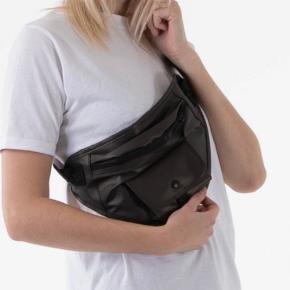 Vandtæt bæltetaske med lommer.