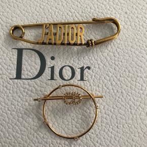 Helt nye dior brooch som bare samler støv !!! Den ene kan også bruges til håret !!! Den ene nypris var ca. 3100kr og den anden lidt under  Sælger dem samlet for kun 2500 pp !!! Grunden til det sælges så billigt er at synes det er synd at de bare samler støv !!!